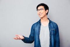 Homme disant quelque chose et faisant des gestes avec la main Photos stock
