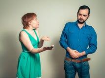 Homme discutant avec la femme Images stock