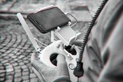 Homme disponible à télécommande de bourdon Opération d'homme de bourdon de vol Photo stock