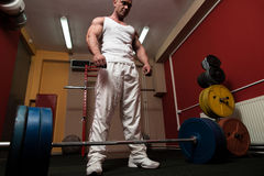 Homme disposant à faire le deadlift Photographie stock libre de droits