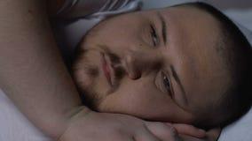 Homme dodu inquiété essayant de tomber endormi, désordre de santé, dépression, solitude banque de vidéos