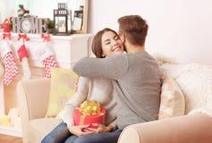 Homme donnant à boîte de cadeau de Noël son amie Images libres de droits
