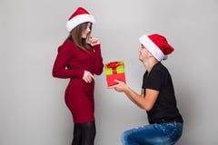homme donnant à cadeau de Noël son amie Photo stock