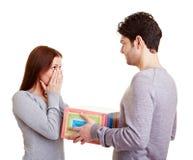 Homme donnant à femme un cadeau Photos libres de droits