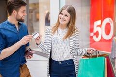 Homme donnant à son amie une carte de crédit Photos stock