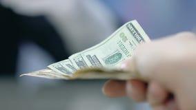 Homme donnant des dollars au réceptionniste d'hôtel, au service à la clientèle, au paiement et aux astuces clips vidéos