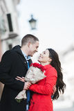 Homme donnant des fleurs à son amie ; jeunes, romantiques couples dehors Photographie stock