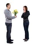 Homme donnant des fleurs Images stock