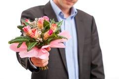 Homme donnant des fleurs photo stock