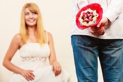 Homme donnant des fleurs de groupe de sucrerie de femme Amour Image libre de droits