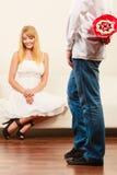 Homme donnant des fleurs de groupe de sucrerie de femme Amour Photographie stock