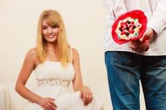 Homme donnant des fleurs de groupe de sucrerie de femme Amour Images stock