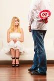 Homme donnant des fleurs de groupe de sucrerie de femme Amour Image stock