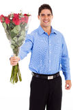 Homme donnant des roses Photographie stock