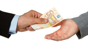 Homme donnant l'euro 50 à un femme (affaires) Photos libres de droits