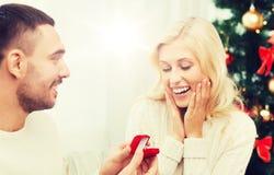 Homme donnant la bague de fiançailles de femme pour Noël Image libre de droits