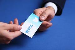 Homme donnant la carte de visite professionnelle de visite à la femme sur le fond de couleur Service m?dical dentaire image stock