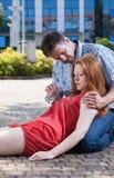 Homme donnant la fille de l'eau qui a rétabli Photo libre de droits
