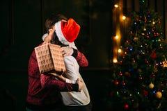 Homme donnant le cadeau de Noël à son amie Photo stock