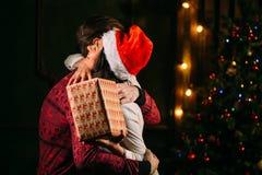 Homme donnant le cadeau de Noël à son amie Photos libres de droits