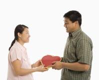Homme donnant le présent de femme. Image stock