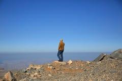 Homme donnant sur l'horizon Photo stock