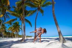 Homme donnant sur le dos l'amie à la plage Photo libre de droits