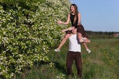 Homme donnant sur le dos la femme Photographie stock libre de droits