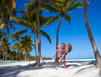 Homme donnant sur le dos le tour à l'amie à la plage des Caraïbes Photo libre de droits