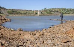 Homme donnant sur Roman Dam de Cornalvo Images libres de droits