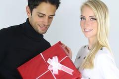 Homme donnant un cadeau de Noël à son amie Photos stock