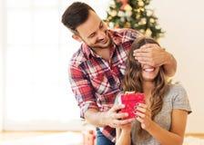 Homme donnant un cadeau de Noël à son amie Images libres de droits