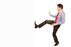 Homme donnant un coup de pied l'espace vide Photo libre de droits