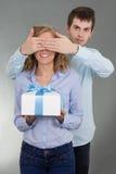 Homme donnant un présent à l'amie Photos libres de droits
