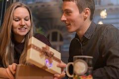 Homme donnant un présent à sa amie Surprise romantique Photo stock
