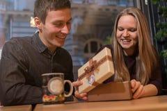 Homme donnant un présent à sa amie Surprise romantique Images libres de droits