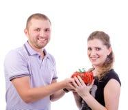 Homme donnant un présent à son amie Photo libre de droits