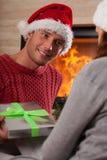 Homme donnant un présent à son amie Photo stock