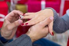 Homme donnant une bague de fiançailles à son amie Image libre de droits