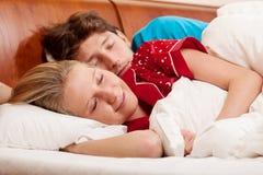 Homme dormant après son amie Images stock