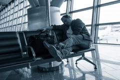 Homme dormant dans l'aéroport Photographie stock