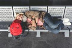 Homme dormant dans le hall de attente Photo libre de droits