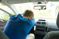 Homme dormant dans le véhicule Photos stock