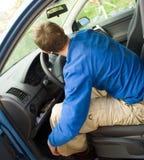Homme dormant dans le véhicule Image stock