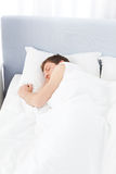 Homme dormant dans son bâti Images stock