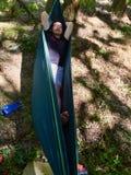 Homme dormant dans un hamac image libre de droits