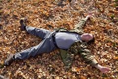 Homme dormant sur la zone d'automne image stock