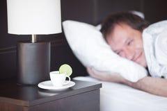 Homme dormant sur un bâti Image libre de droits