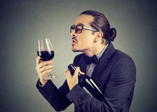 Homme drôle dans l'amour avec du vin Photos libres de droits