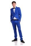 Homme drôle dans la suite bleue sur le fond blanc Photographie stock